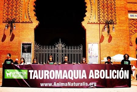 Agresiones en la puerta de la Plaza de Las Ventas a activistas antitaurinos