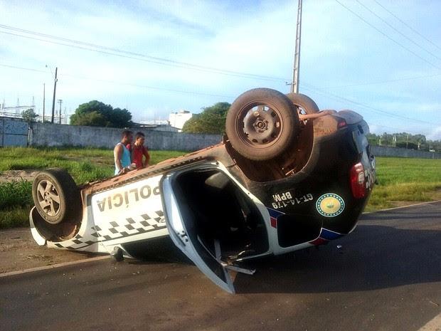 Viatura capotou no Km 18 da BR-135, nesta manhã (Foto: Divulgação/PRF-MA)