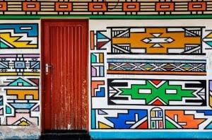 A Etnia Africana que usa as fachadas de suas casas como tela para pinturas coloridas