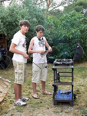 les deux garçons au BBQ.jpg