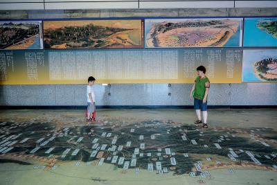 基隆舊車站內展示的台灣古地圖,重要地名、山脈水流 逐一標註,是見證台灣昔時風光的縮影。(莊坤儒攝)