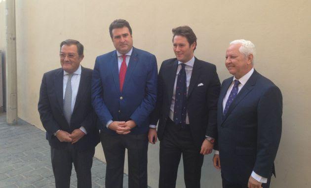 De izquierda a derecha, Joaquín Sainz de la Maza, presidente del Consejo de Cofradías; José Ignacio del rey Tirado, pregonero; el cartelista Pepillo Gutiérrez Aragón; y Antonio Piñero, vicepresidente del Consejo