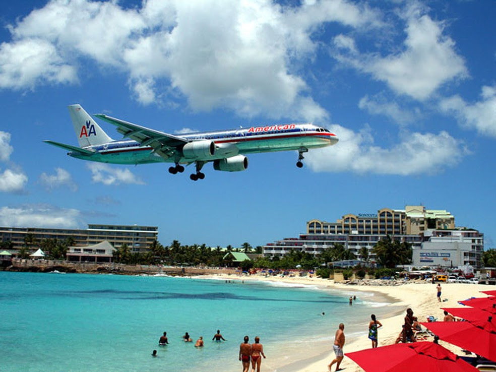 Aeroporto Internacionl Princess Juliana, em Saint Maarten, no Caribe, eleito o que oferece os pousos mais belos do mundo (Foto: Todd Neville/Creative Commons)