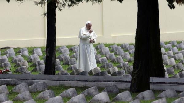 El papa Francisco reza en el cementerio nacional de Redipuglia, en Italia