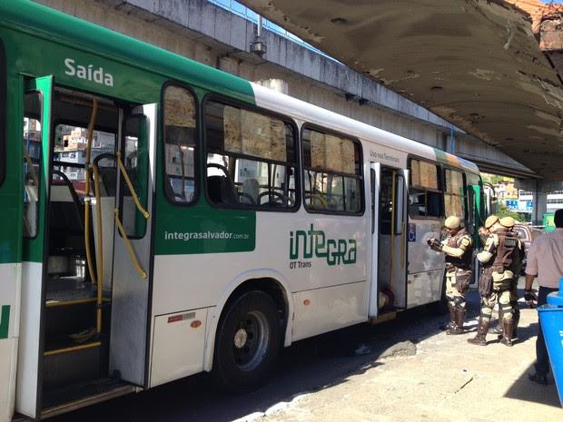 Ônibus é assaltado na Avenida Bonocô, em Salvador (Foto: Maiana Belo/G1 Bahia)