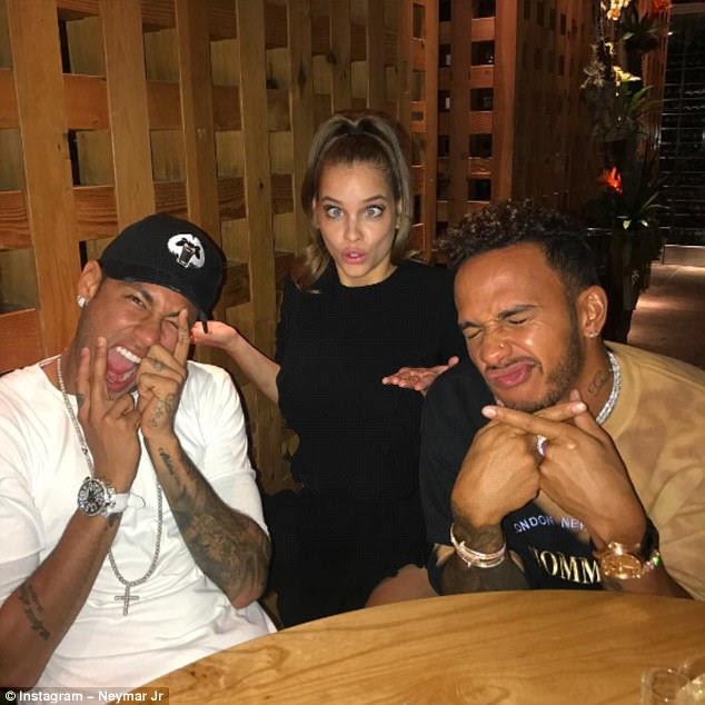 Tendo uma bola: Não parando lá, a dupla então se dirigiu para o jantar em Zuma após a festa com Barbara - onde o trio representou uma série de mídias sociais divertidas (acima)