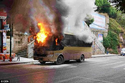 Hình ảnh Xe bus bốc cháy dữ dội vì bị đầu bếp ném trúng bình ga đang cháy số 1