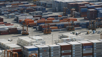 Activitat amb els contenidors al port de Barcelona (Reuters)