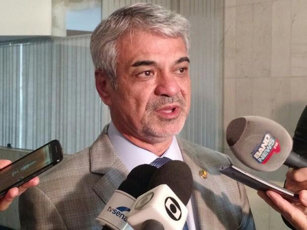 Humberto Costa concede entrevista coletiva no Senado (Foto: Laís Alegretti/ G1)