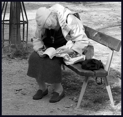 oude dame op een bank by hans van egdom