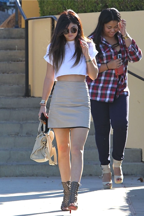 http://www.thesassylife.com/wp-content/uploads/2014/03/kylie-jenner-crop-top-2.png