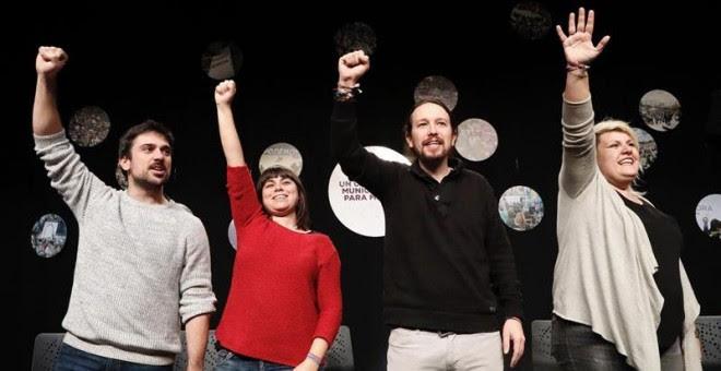 El secretario general de Podemos, Pablo Iglesias (d), junto al secretario general de Podemos Madrid, Ramón Espinar (i), y las consejeras ciudadanas municipales Maby Cabrera (d) y Fani Schweich (2i), durante reunión que ha mantenido con los círculos del pa