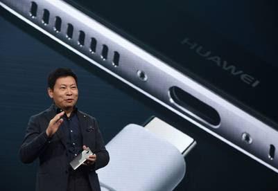 La carga del teléfono es ultrarrápida, a través de un puerto USB-C, y gracias a un sistema desarrollado por Huawei de voltaje dinámico que permite recargar un 58 % de la batería en apenas media hora. (Foto: AFP)