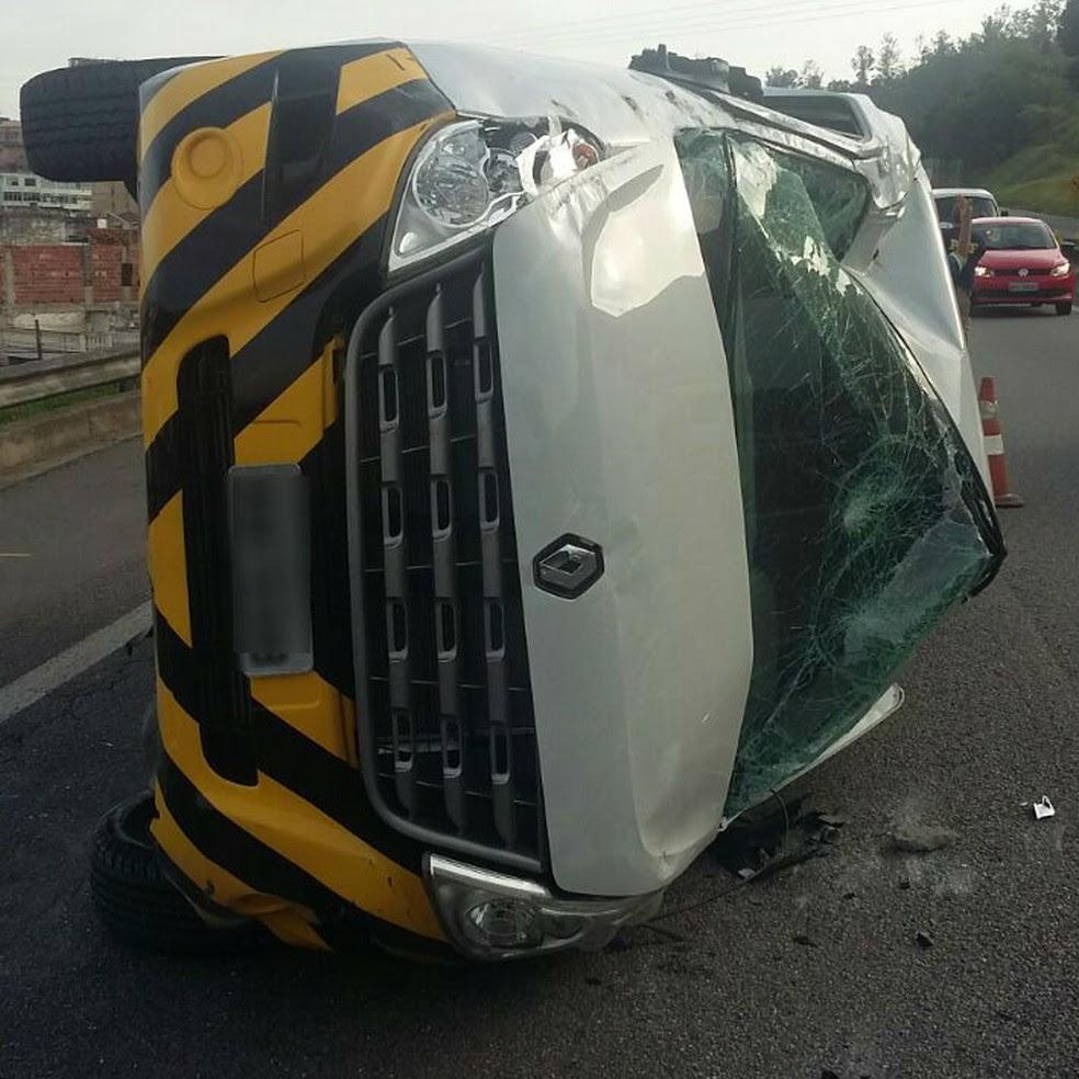 Van caiu na pista contrária, no sentido São Paulo, e não atingiu nenhum outro veículo (Foto: Divulgação/PRF)