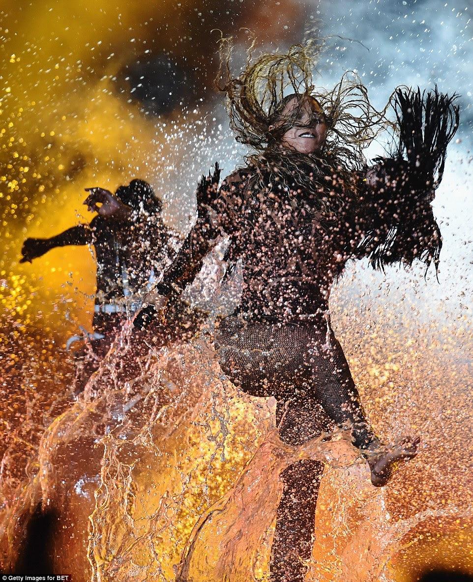 Chuva de dança: A água veio do teto como a Rainha Bey fez seus movimentos
