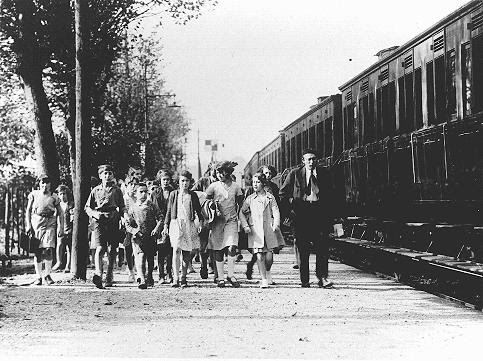 Children and staff leaving for the Morgenroyt schools summer camp, organized by the Bund (Jewish Socialist party). The camp was located near Chernovtsy on the Prut River. Chernovtsy, Romania, 1939.