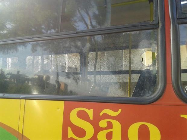 Além de apedrejarem o veículo, jovens também causaram tumulto no interior do ônibus (Foto: Divulgação/Polícia Militar)