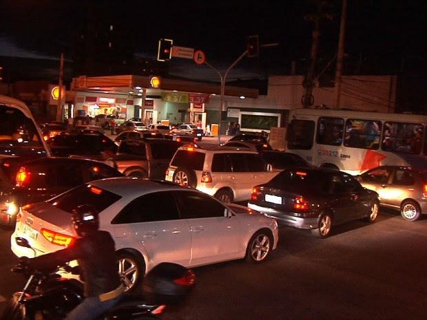 Semáforos em Fortaleza sofreram pane e trânsito ficou complicado nesta quarta-feira (10) (Foto: TV Verdes Mares/Reprodução)