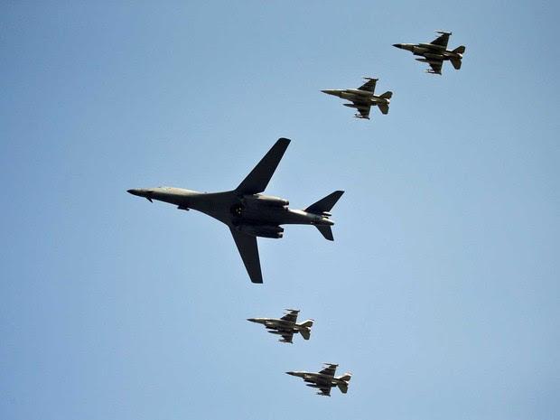 Bombardeiro B-1B dos EUA voa escoltado por aviões de combate norte-americanos e sul-coreano (Foto: Kim Hong-ji / Reuters)