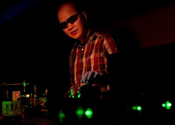 Researchers make an RGB laser with a regular laser and quantum dots