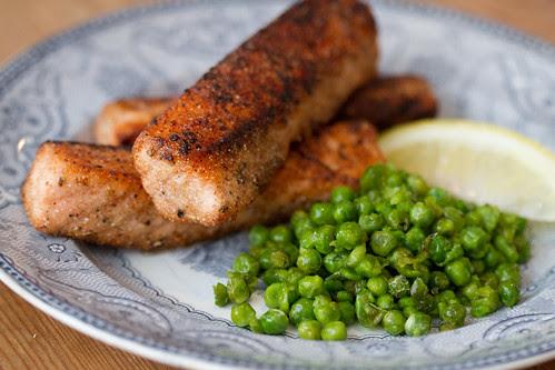 Fish and mushy peas (chips are optional) / Kalapulgad ja tambitud herned / Kodused lõhefileepulgad