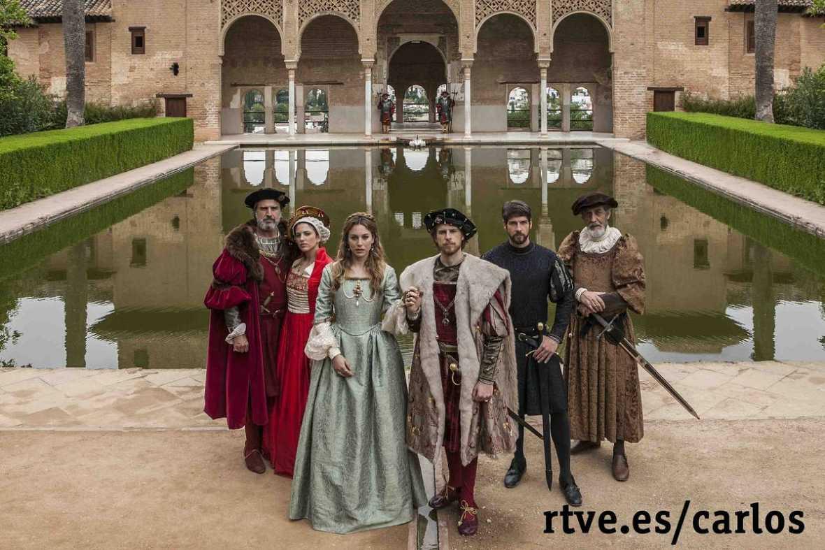 Parte del reparto de 'Carlos, Rey Emperador' posa en el Patio de los Arrayanes de La Alhambra. De izquierda a derecha: Alberto San Juan, Marina Salas, Blanca Suárez, Álvaro Cervantes, Félix Gómez y Ramón Barea.