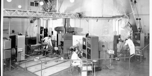 Drei Menschen in einem Atomreaktorblock