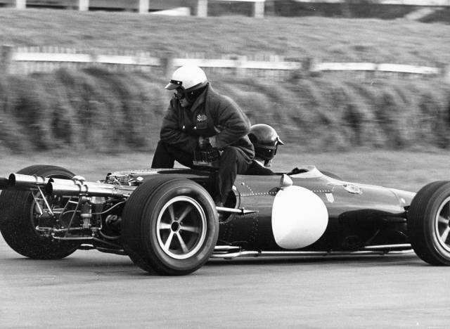 Teste de pneus em Goodwood, 1966: o engenheiro de pneus da Goodyear, Bert Baldwin, e Dan Gurney