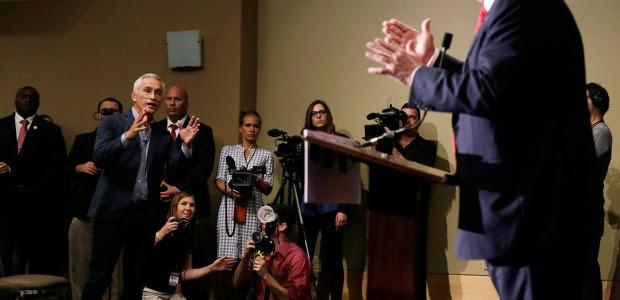 Jorge Ramos increpa a Donald Trump. Foto: AP / Charlie Neibergall