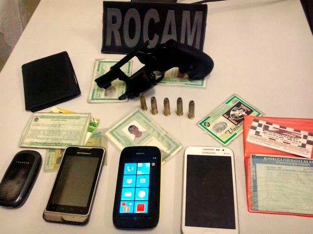 Arma e material apreendido com os suspweitos foram levados para a Delegacia de Plantão da Zona Sul de Natal (Foto: Divulgação/Polícia Militar do RN)