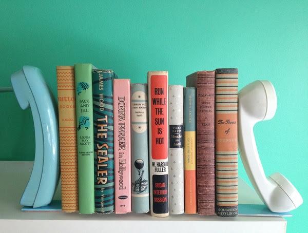 Трубки старого телефона в качестве полки для книг
