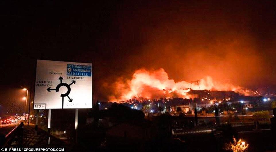 O ministro do Interior da França, Bernard Cazeneuve voou para o sul da França para apoiar os esforços dos bombeiros