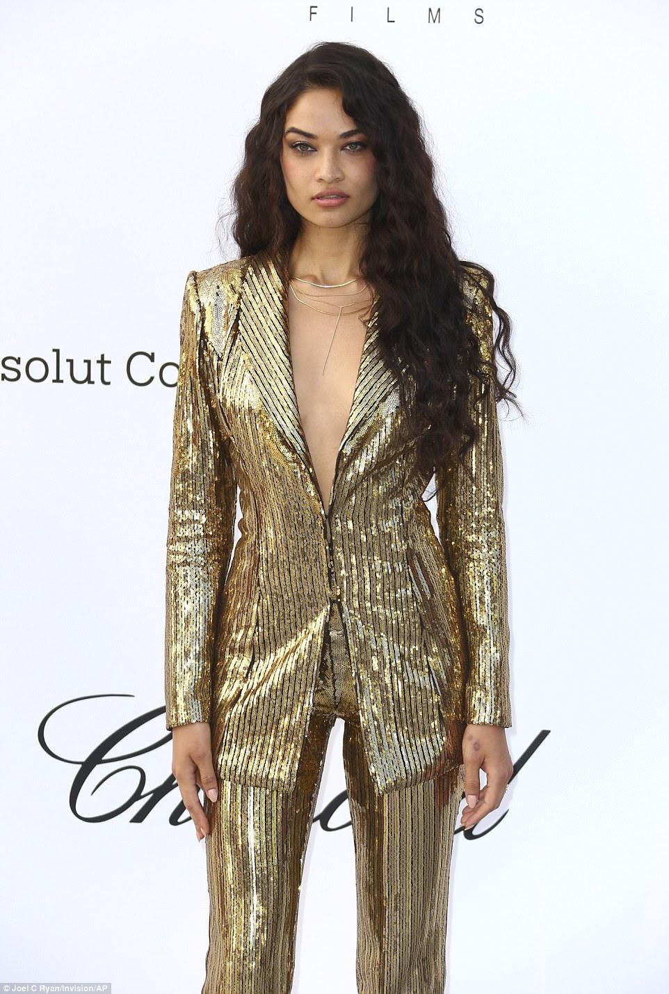 Ela tem frente!  Indo sem sutiã sob o vistoso blazer de ouro, Shanina pregou um andrógino chique para o evento de alto nível