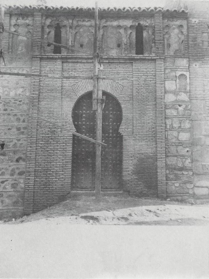 Placa nicho (a la derecha) visigótica aparecida en la restauración de la Iglesia de San Andrés en 1975