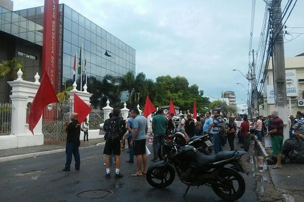 Categoria se reuniu em frente ao palácio do governo para protestar (Foto: Lucas Leite/G1)