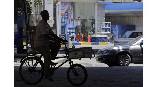 Un egipcio pasa en su delante de una estación de gasolina en El Cairo. (Foto: AP)