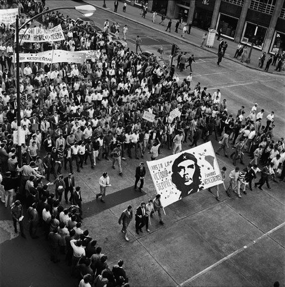 Marcha de 13 de agosto, sobre Avenida Juárez / © IISUE AHUNAM, Fondo Manuel Gutierrez Paredes, MGP2150