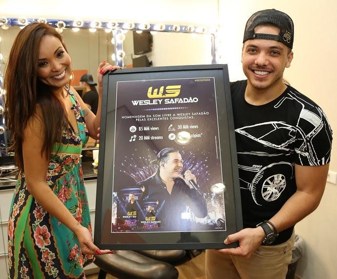 Wesley Safadão posa com o prêmio ao lado de Carol Nakamura (Foto: Carol Caminha/Gshow)