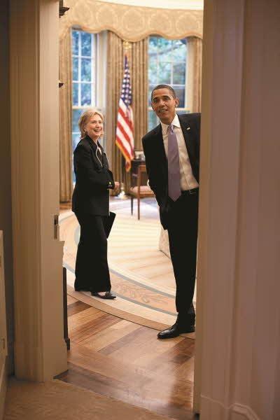 2009년 대통령 집무실에 있는 오바마 대통령과 힐러리 클린턴 /김영사 제공, Official White House Photo by Pete Souza