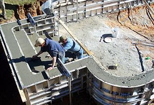 English: Concrete pool construction using alum...