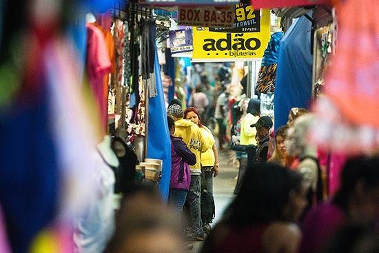 Movimentação na Feira da Madrugada, na região central de São Paulo; prefeitura confirma fechamento