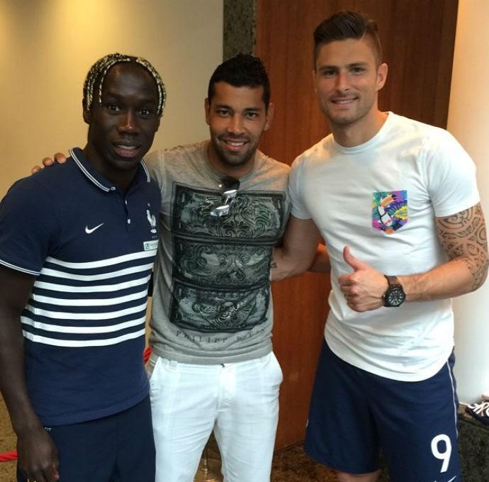 André Santos posa com ex-colegas de Arsenal, Sagna e Giroud (Foto: Reprodução/Instagram)