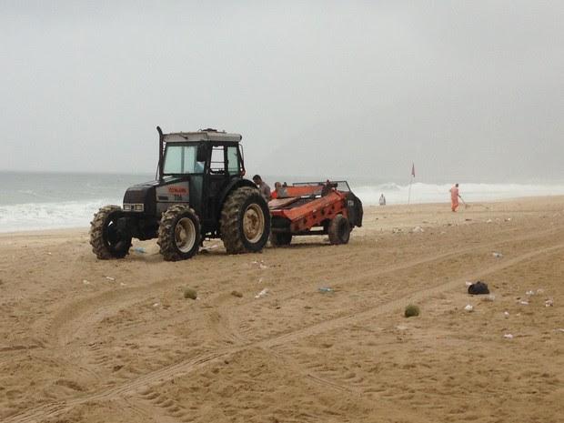 Trator da Comlurb faz a limpeza da praia de Ipanema, na Zona Sul da cidade (Foto: Mariucha Machado / G1)