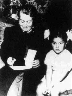 Gabriela Mistral firmando un libro.
