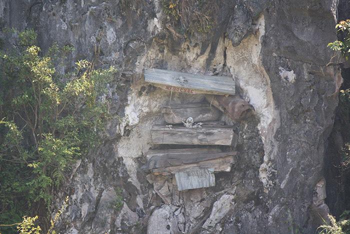 """Résultat de recherche d'images pour """"Philippines :  les cercueils sont suspendus à des falaises"""""""
