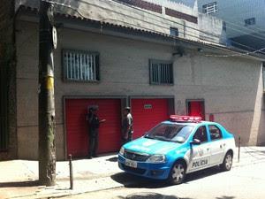 Policiais em frente à república de estudantes no Jardim Botânico, na Zona Sul do Rio, onde um jovem morreu durante uma festa na madrugada desta quinta (25) (Foto: Cristiane Cardoso/G1)