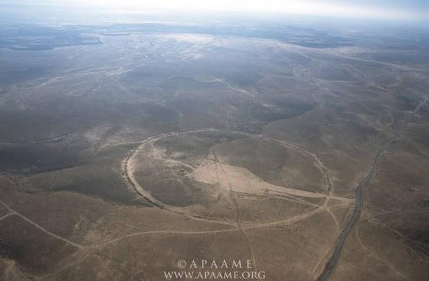 Círculo J1, conocido localmente como Qasr Abu el-Inaya. Está localizado a 4km al oeste de la vía ferroviaria de Hedjaz y la Ruta del Desierto.
