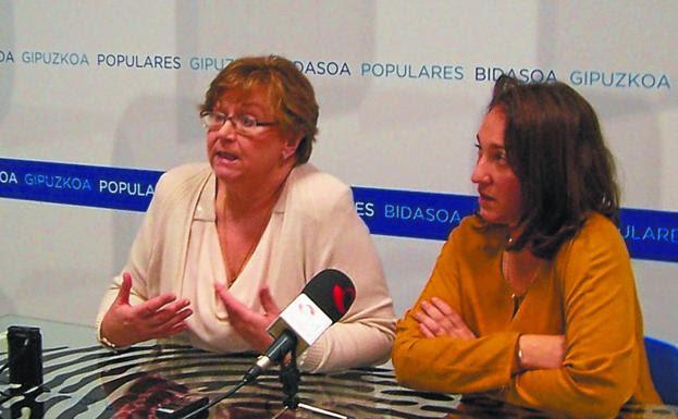 Juana de Bengoechea y Muriel Larrea, ayer en la sede del PP./