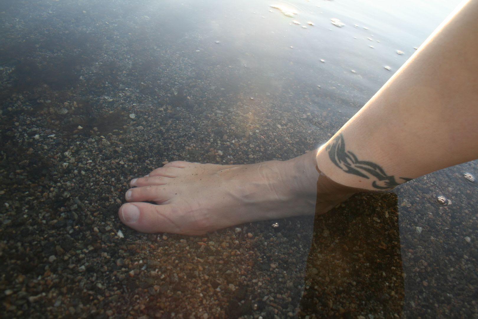 Et kaldt fotbad 17. oktober på Sørstrand Familiestrand