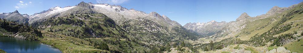 Vista panorámica de la cabecera del valle de Benasque, con el pico del Aneto asomando en la parte izquierda de la imagen.